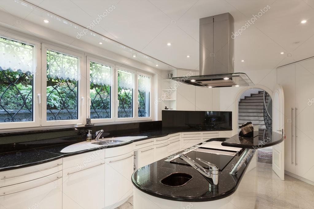 Cucina di una casa di lusso — Foto Stock © Zveiger #120101826