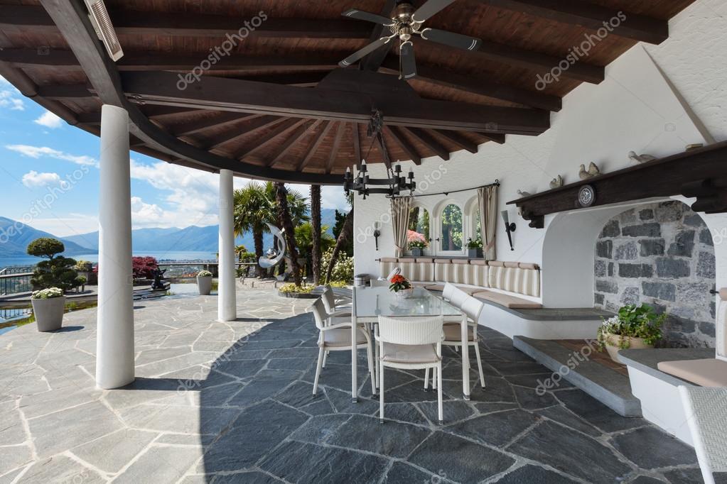 Portico di una casa bella foto stock zveiger 120102492 for Piani di una casa colonica avvolgono il portico