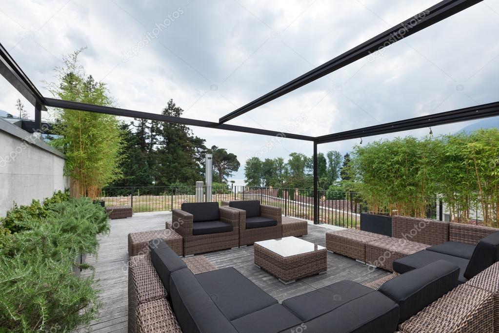 patio con cómodos muebles de jardín — Foto de stock © Zveiger #120112376