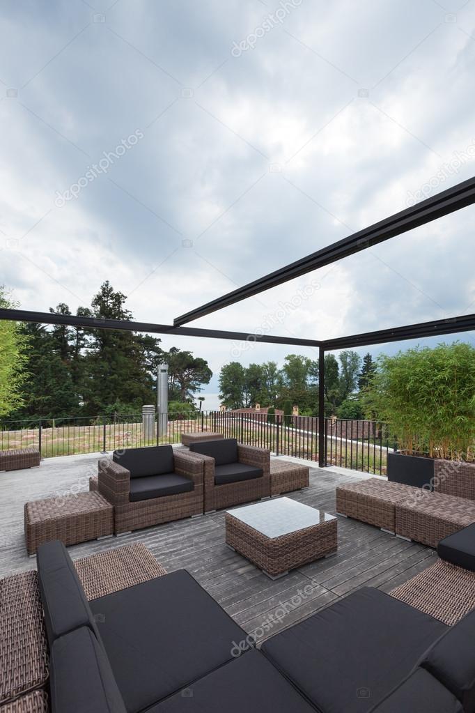 patio con cómodos muebles de jardín — Fotos de Stock © Zveiger ...