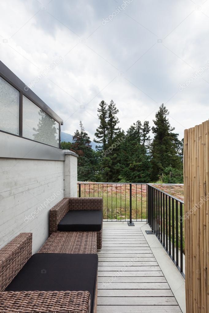 patio con cómodos muebles de jardín — Foto de stock © Zveiger #120112408
