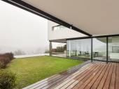 Moderní vila, pohled z verandy
