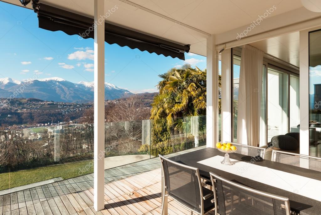 Moderne huis terras u stockfoto zveiger