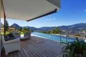 moderní dům s bazénem v exteriéru
