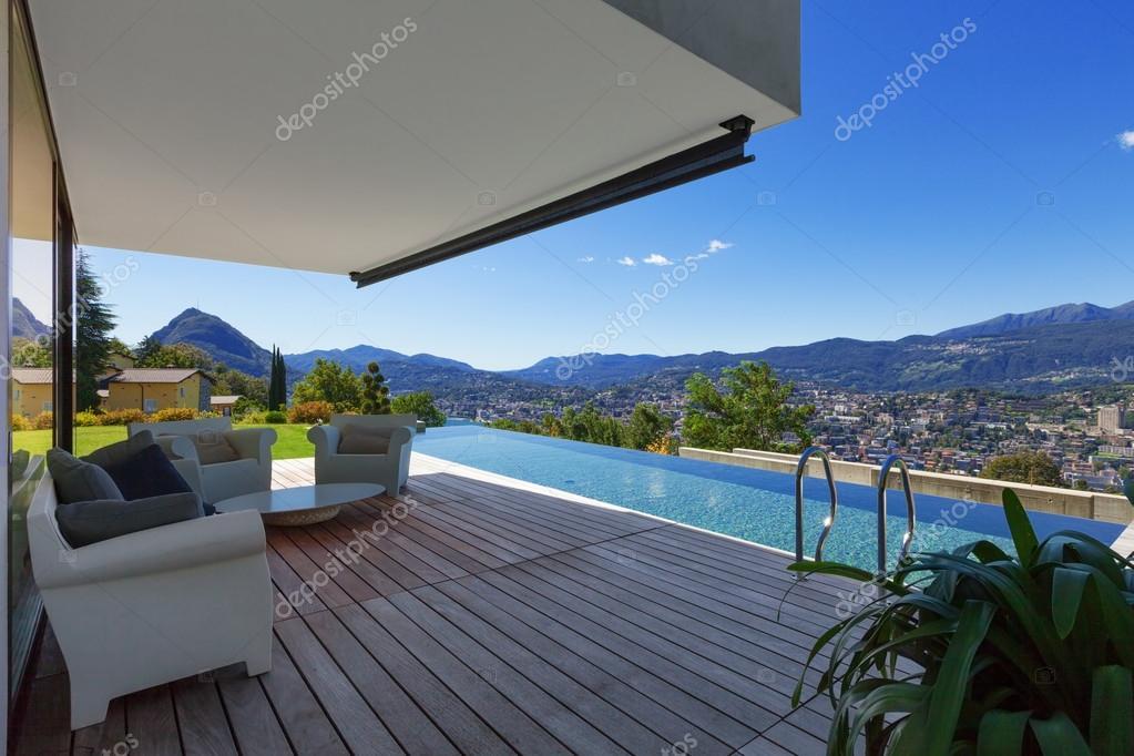 modernas casas con alberca en exterior fotos de stock. Black Bedroom Furniture Sets. Home Design Ideas