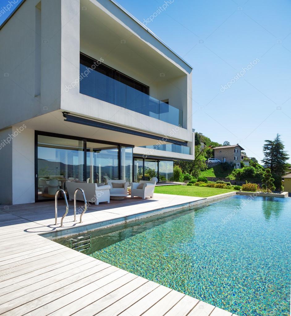 Pool und modernes Haus — Stockfoto © Zveiger #59025217