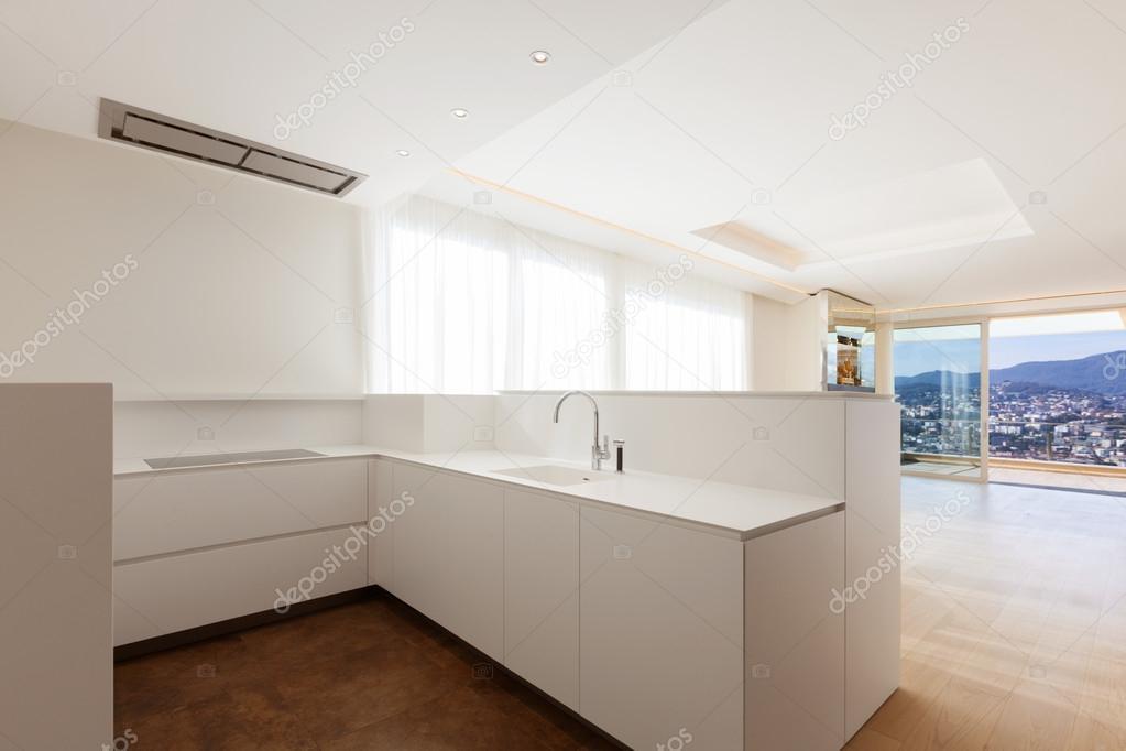Witte Minimalistische Woonkeuken : Witte super minimalistische keuken u stockfoto zveiger