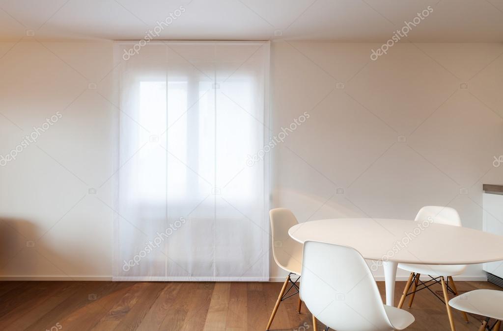 Huis interieur eettafel en stoelen wit u stockfoto zveiger
