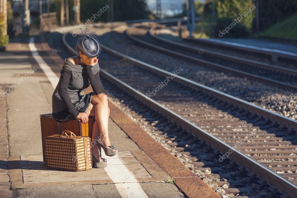 Donna che aspetta il treno — Foto Stock © Zveiger #61329021