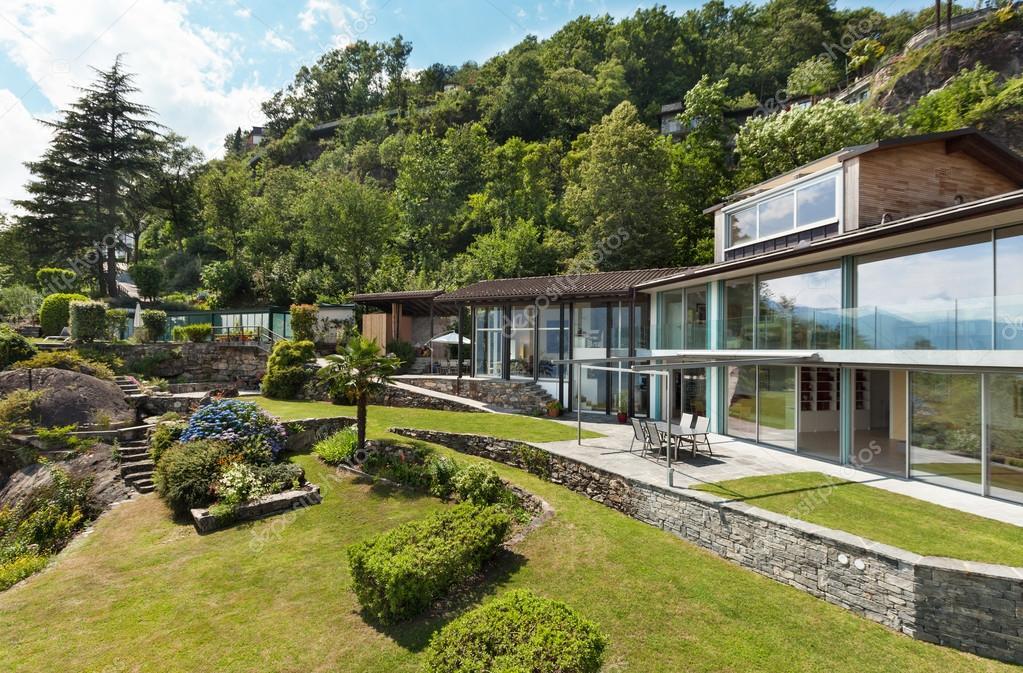 Casa moderna e bella vista sul giardino foto stock for Casa moderna bella faccia