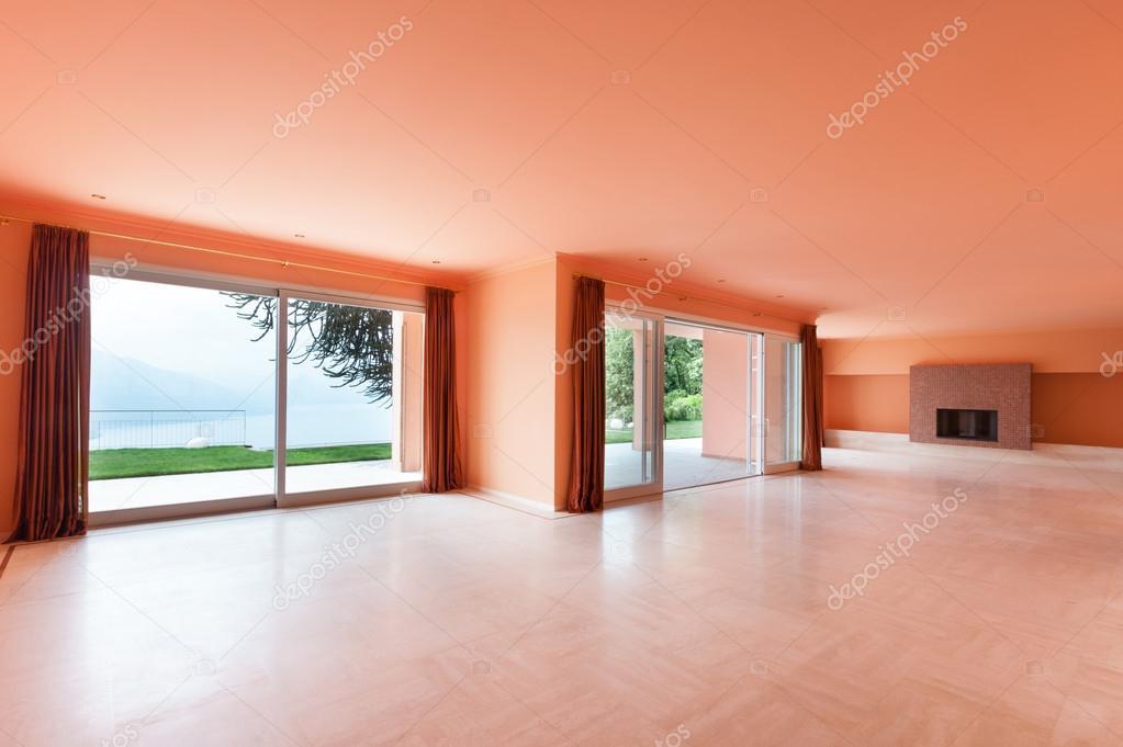 Interieur huis lege woonkamer u stockfoto zveiger