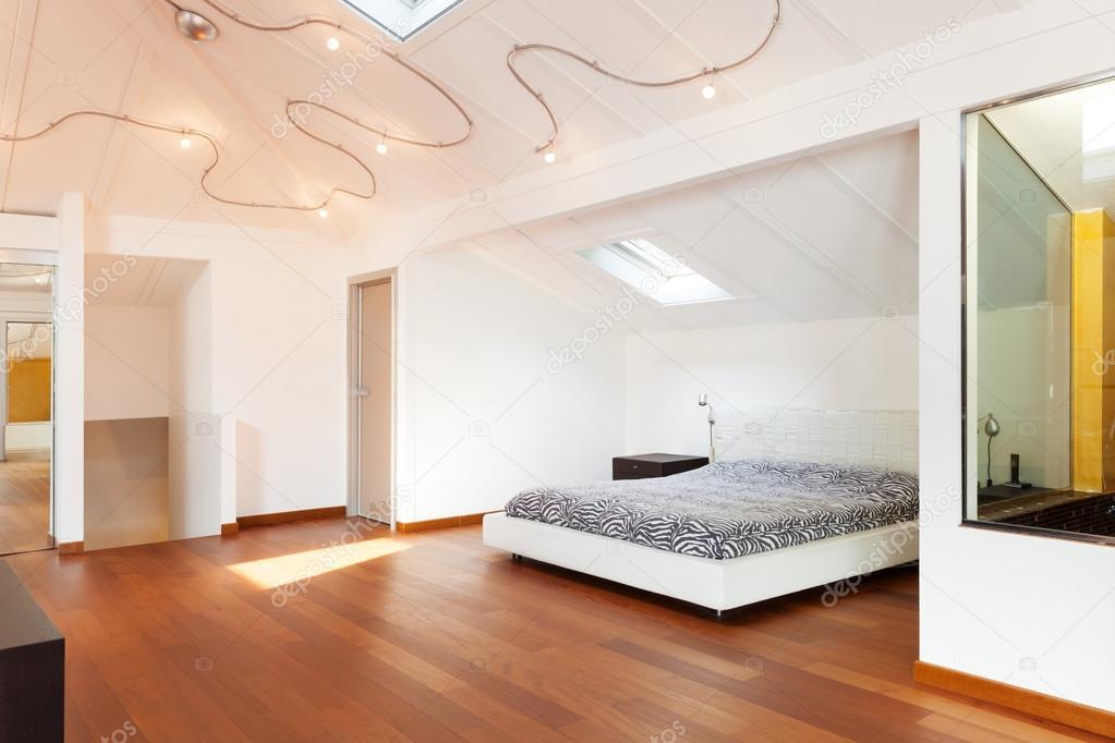 Sottotetto interno, bella camera da letto — Foto Stock ...