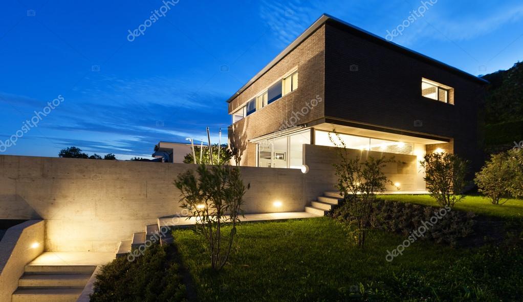 Moderne architectuur ontwerp house buiten u stockfoto zveiger