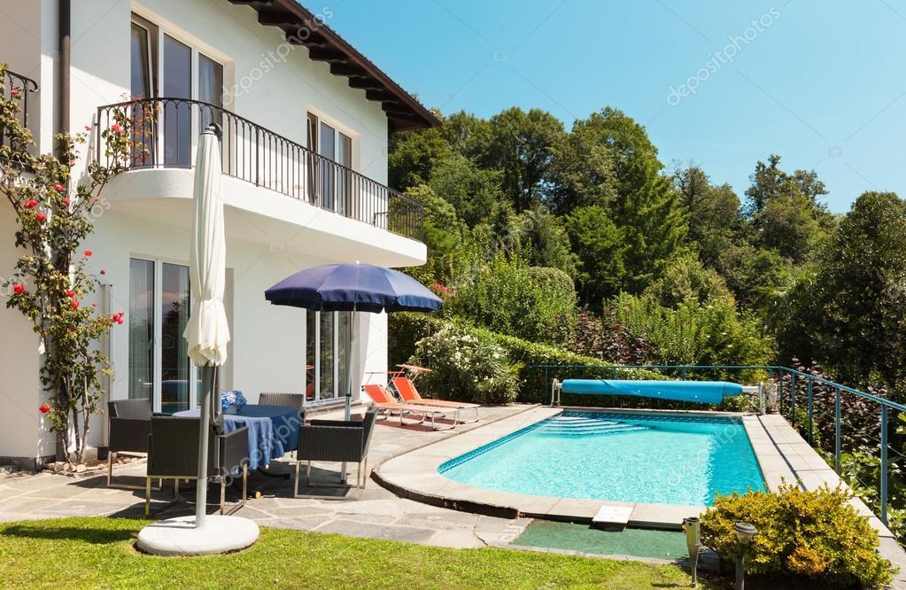 Huis terras met zwembad u stockfoto zveiger