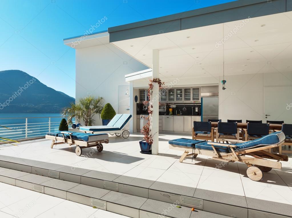 bella terrazza di un attico — Foto Stock © Zveiger #71604181
