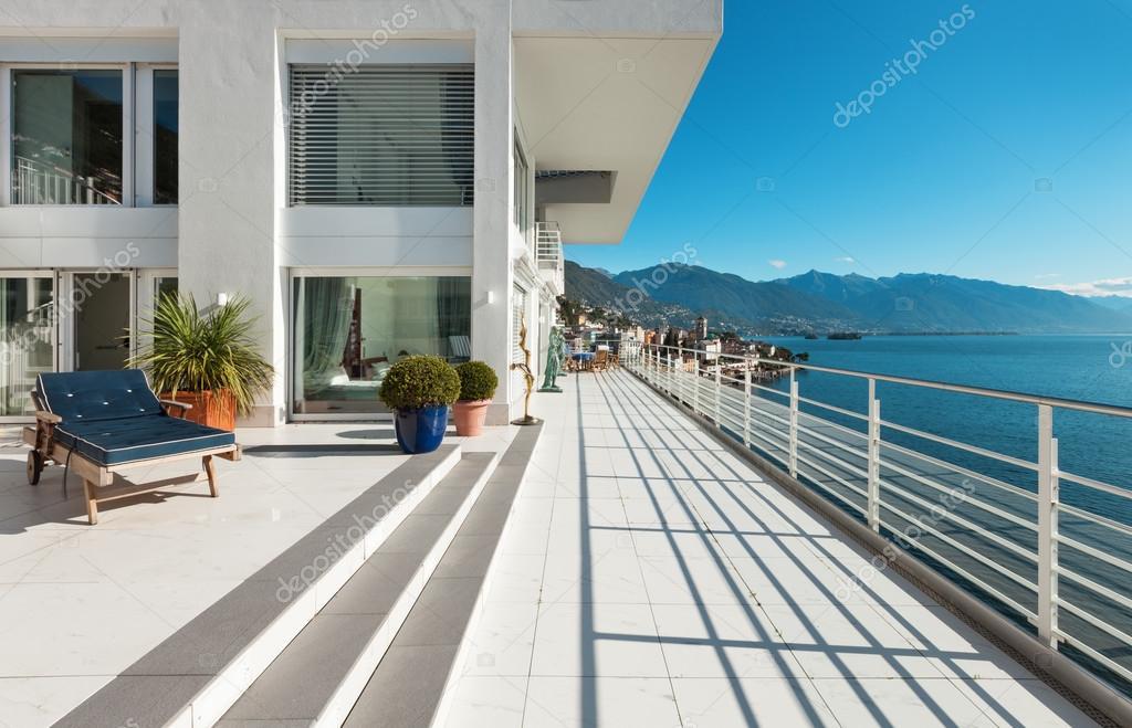 Mooie penthouse terras u stockfoto zveiger