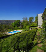 Mimo moderní dům v létě, plavecký bazén