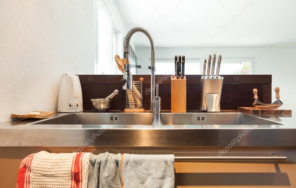Roestvrij Stalen Keuken : Moderne keuken roestvrij stalen gootsteen u stockfoto