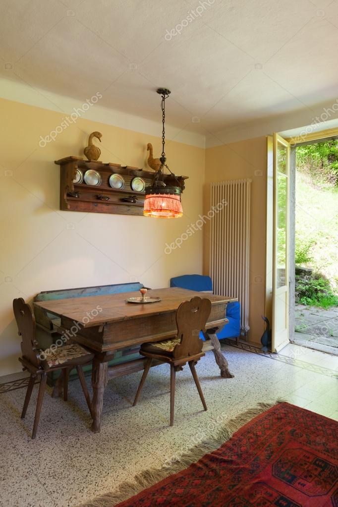 Interno vecchio tavolo da pranzo in legno foto stock for Piani casa di campagna 2000 piedi quadrati
