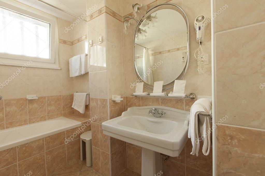 Azienka w stylu klasycznym zdj cie stockowe zveiger - Pannelli per coprire piastrelle bagno ...