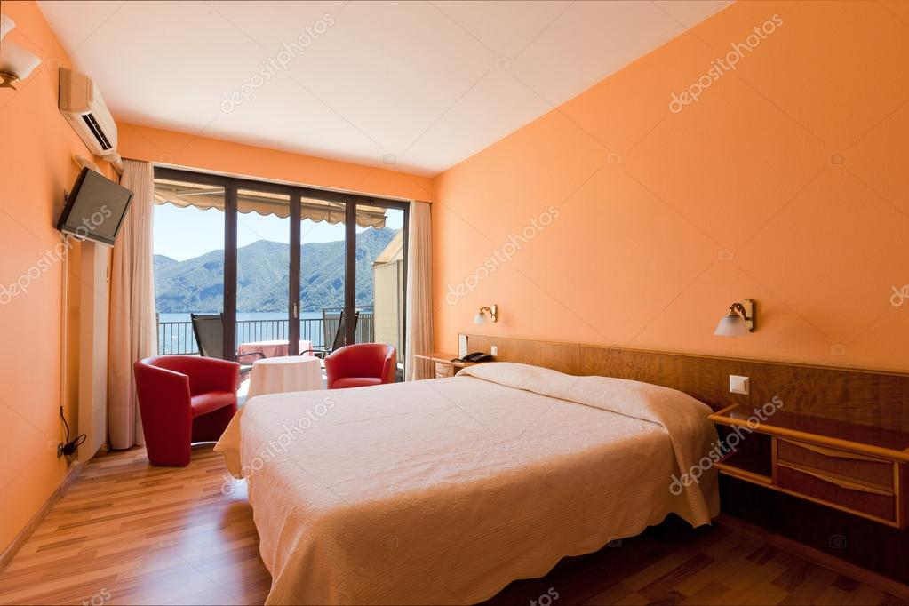 camera da letto con vista lago — Foto Stock © Zveiger #83842134