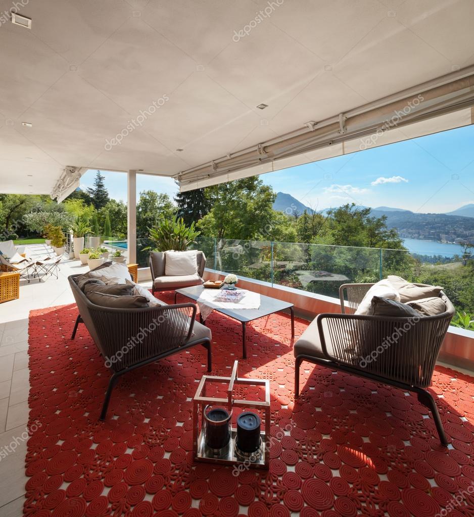 bella terrazza arredata — Foto Stock © Zveiger #88760782