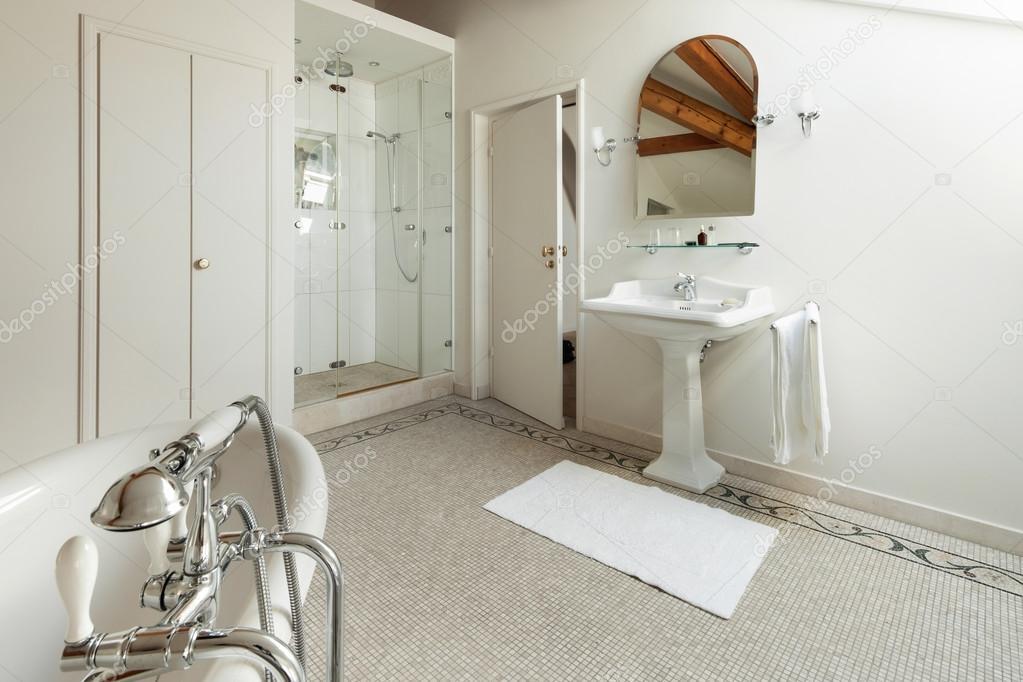 Salle de bain classique de luxe — Photographie Zveiger ...