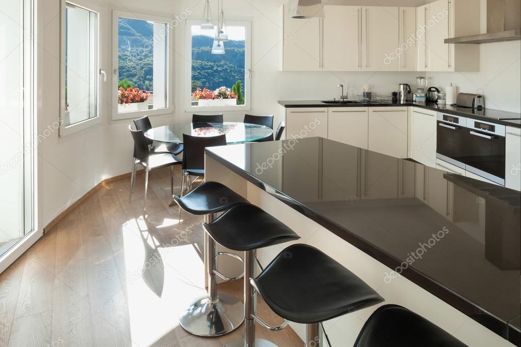 Cucina bancone con sgabelli u foto stock zveiger