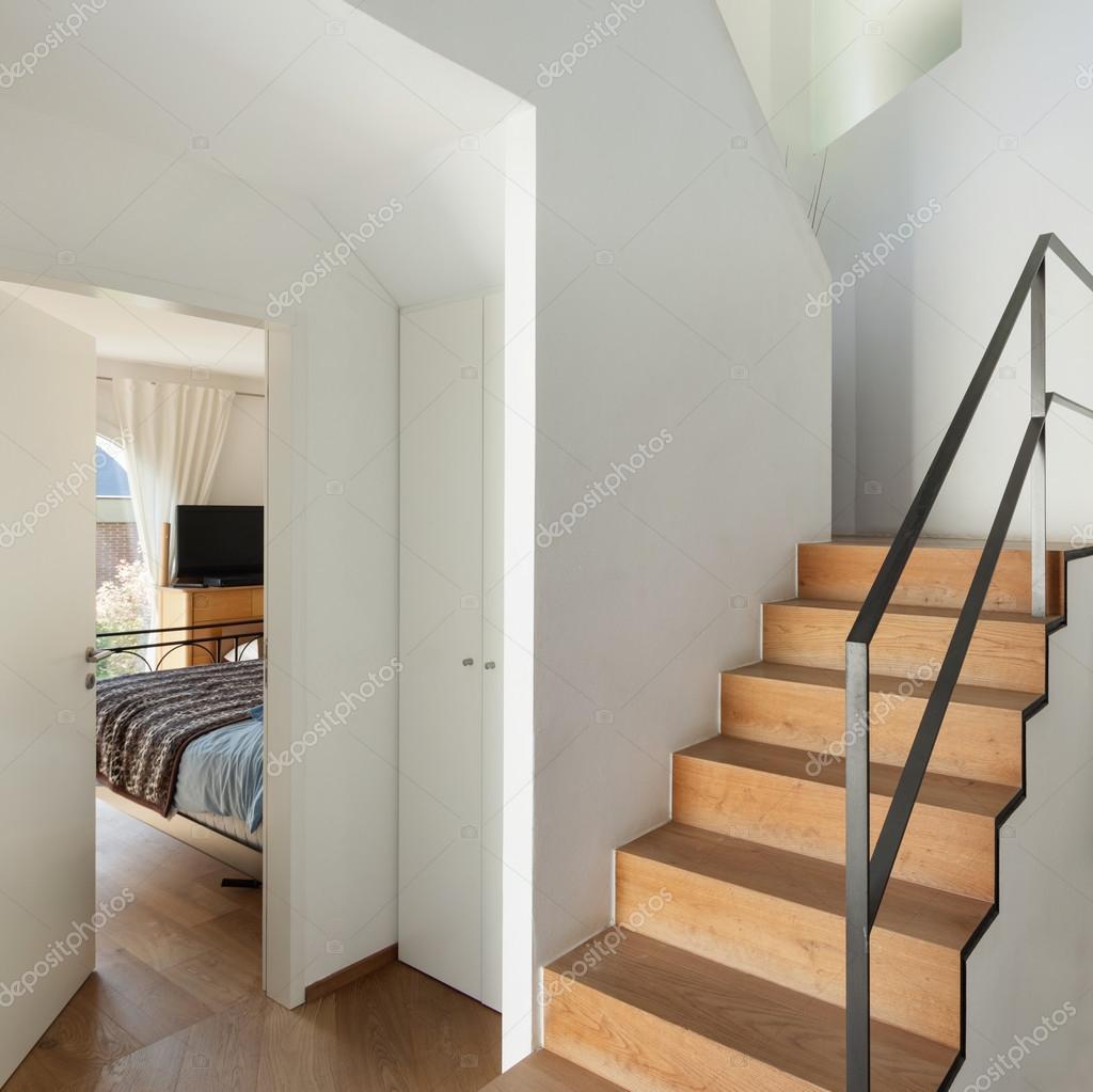 Escalera de loft modernos Foto de stock Zveiger 94278842