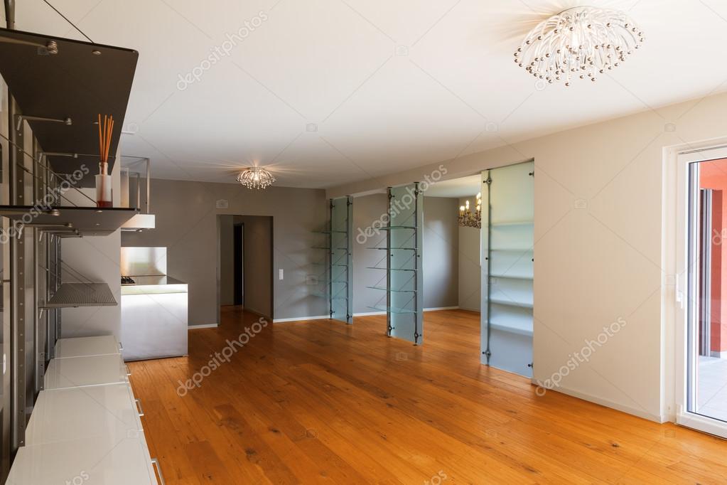 Interno di appartamento con pavimenti in parquet foto for Immagini di appartamenti ristrutturati