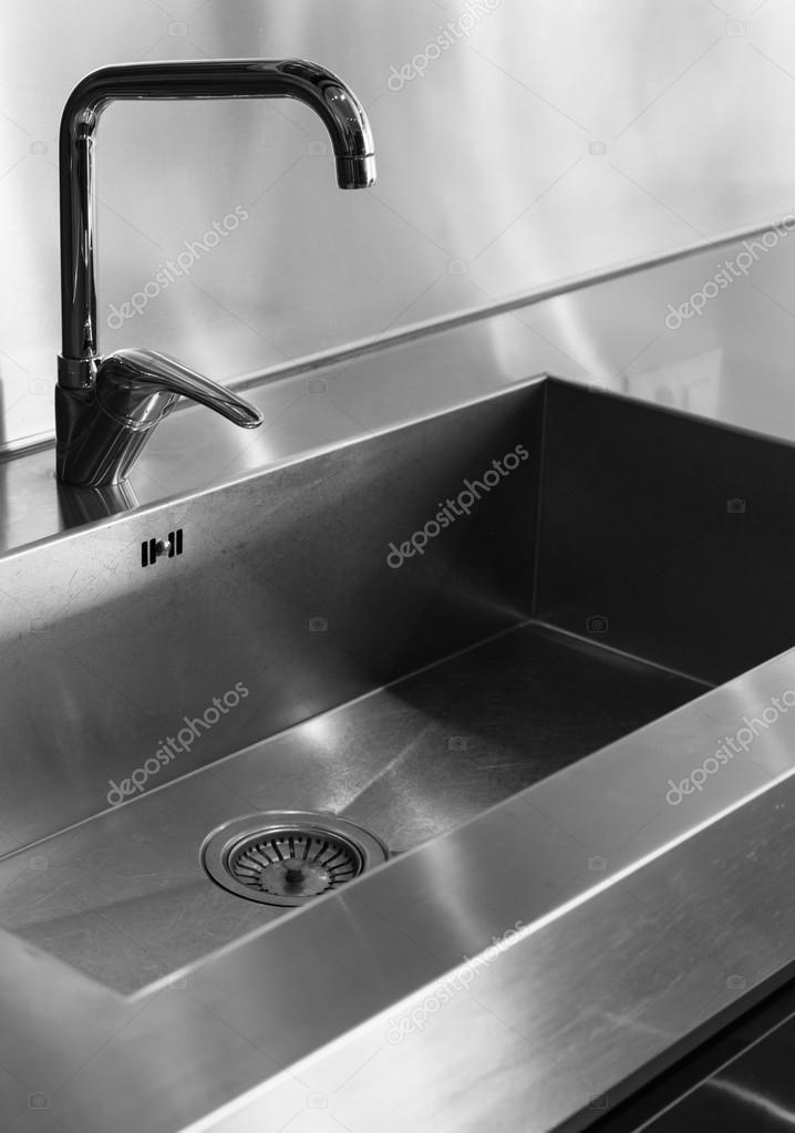 Detail Wasserhahn home Küche, schwarz-weiß — Stockfoto © Zveiger ...