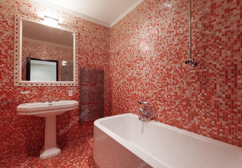 Bagno con piastrelle rosse e una vasca da bagno nessuno foto stock zveiger 95466008 - Piastrelle rosse lucide ...