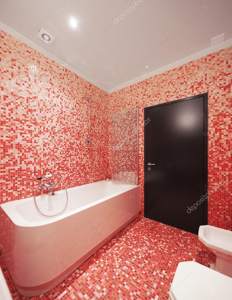 Bagno con piastrelle rosse e una vasca da bagno nessuno - Stock piastrelle 2 euro ...