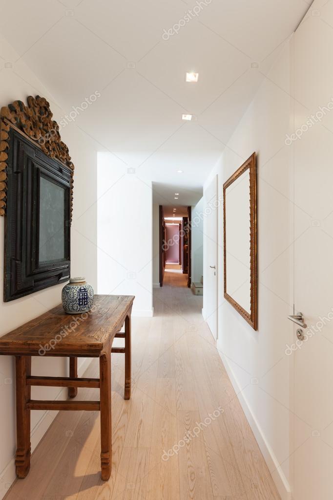 couloir d\'un appartement modern — Photographie Zveiger © #95469744