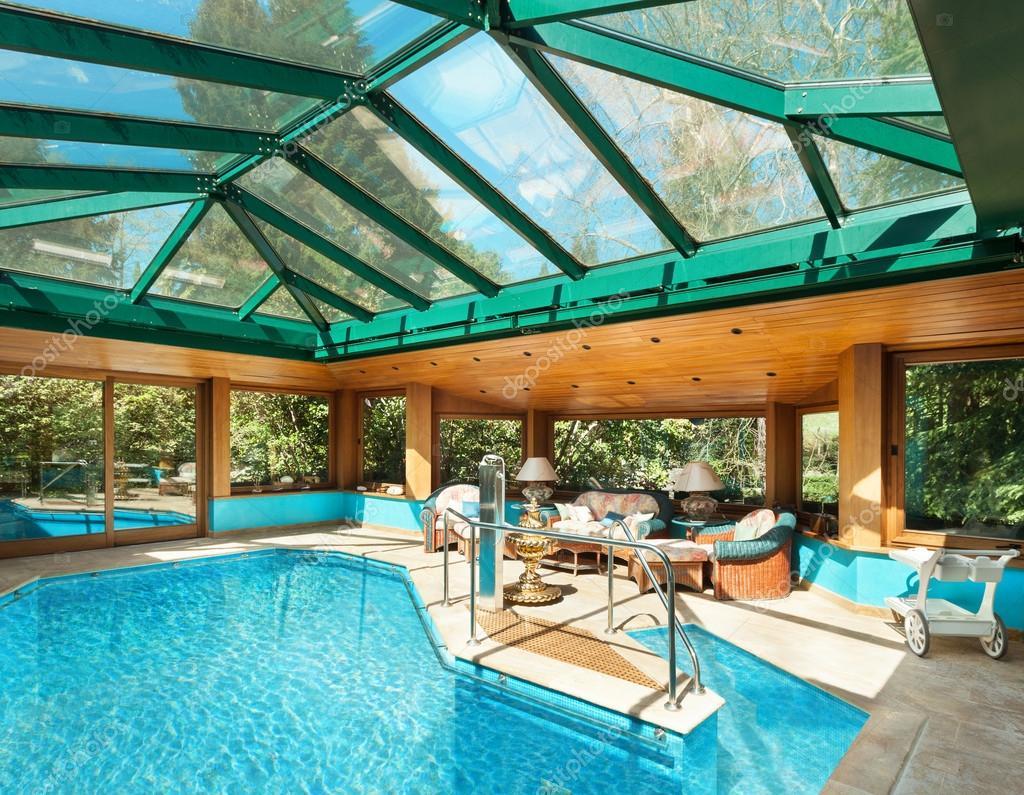 Zwembad In Huis : Huis overdekt zwembad u2014 stockfoto © zveiger #95473414