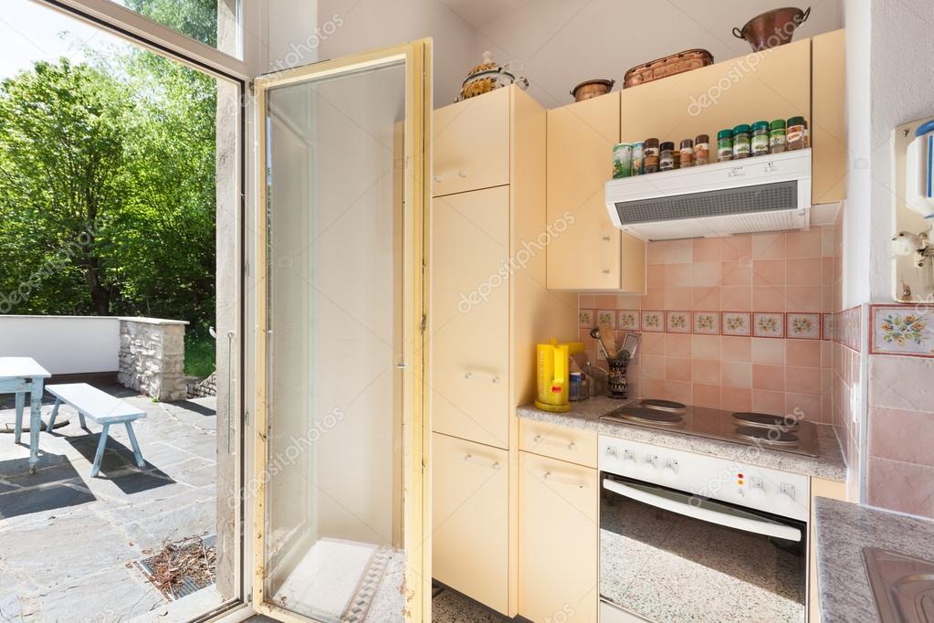 Landhuis oude keuken u stockfoto zveiger
