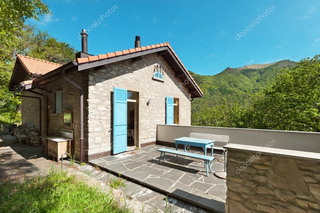 Case Di Campagna In Pietra : Casa di campagna in legno u foto stock zveiger
