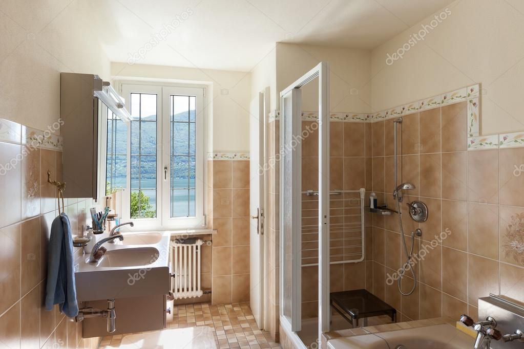 interieur, mooie badkamer — Stockfoto © Zveiger #95475634