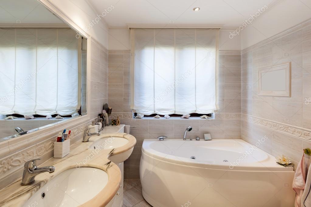 Bagno con rivestimento in marmo foto stock zveiger - Rivestimento bagno marmo ...
