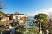 Fotografia casa con piscina