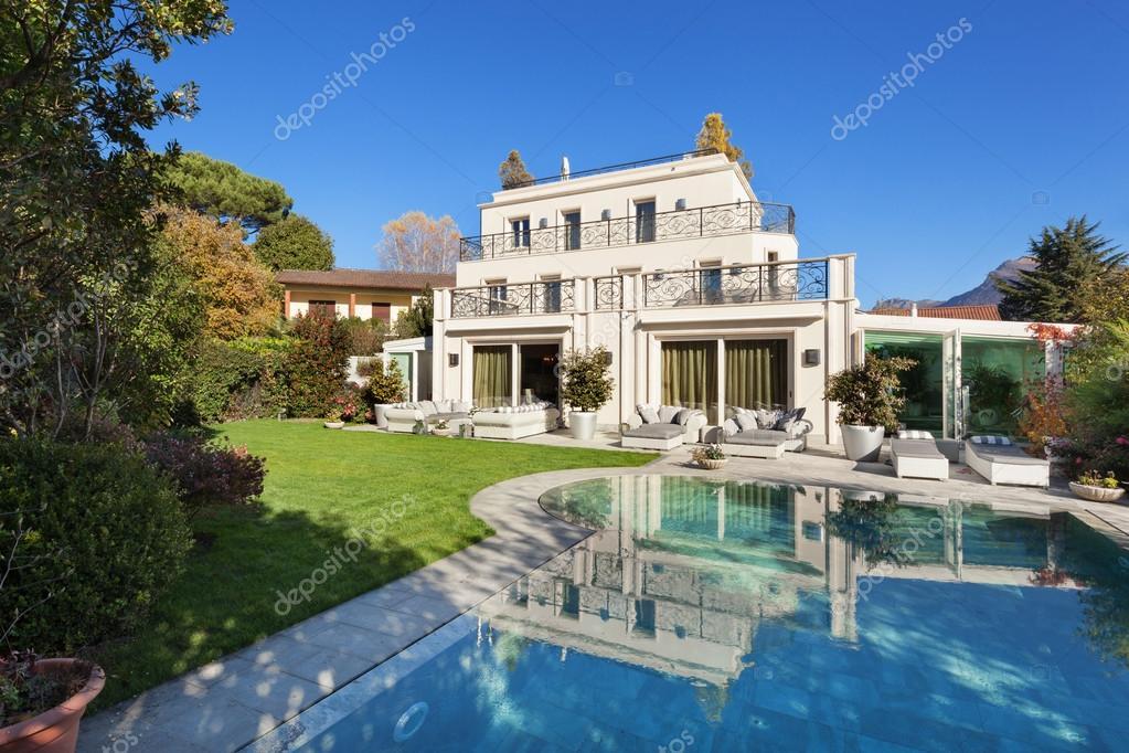 Schönes Haus mit pool — Stockfoto © Zveiger #99881876