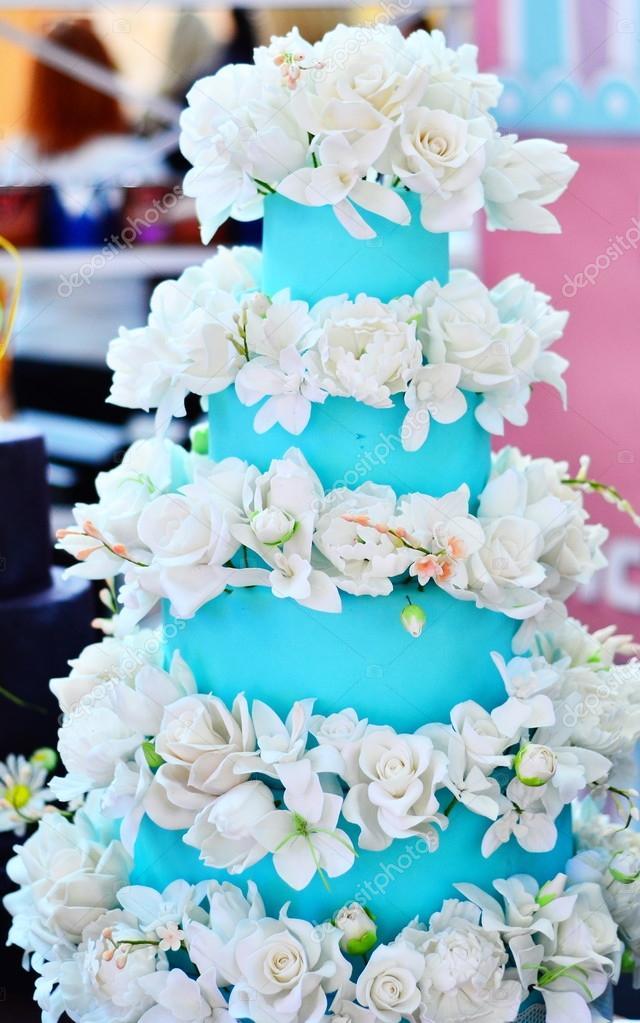 Hochzeitstorte Weiss Und Blau Stockfoto C Vivairina 68744669