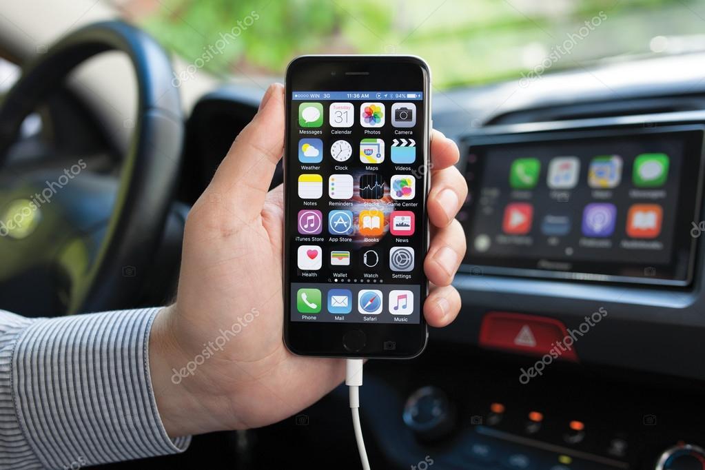 Uomo Che Tiene Liphone 6 E Sistema Multimediale Con Auto Giocare