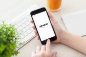 Dívka drží iphone 6 Gray Space pomocí služby Amazon