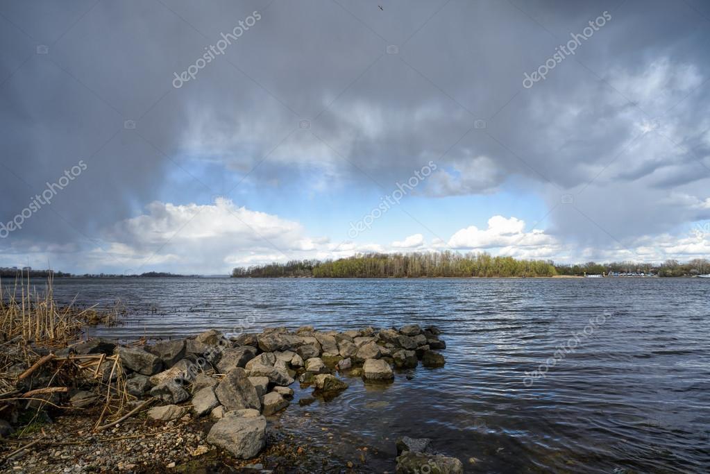 Voorjaar storm over de rivier u stockfoto maxal tamor