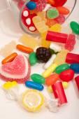 Fotografie Glas-Container mit Süßigkeiten Bonbons und Gummibärchen