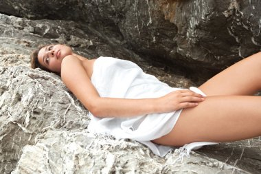 "Картина, постер, плакат, фотообои ""женщина, лежа и расслабляющий на скале на берегу моря"", артикул 79456118"