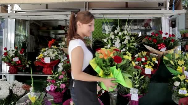 květinář s kyticí a umístěním do obchodu