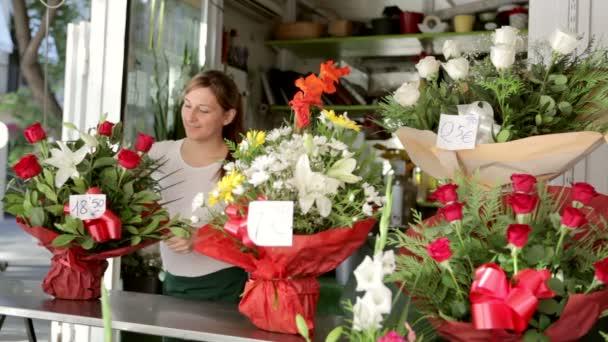 květinář, který v obchodě uspořádala kytici květin