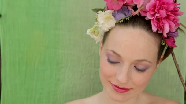 atraktivní žena nosí na hlavě větví a květin